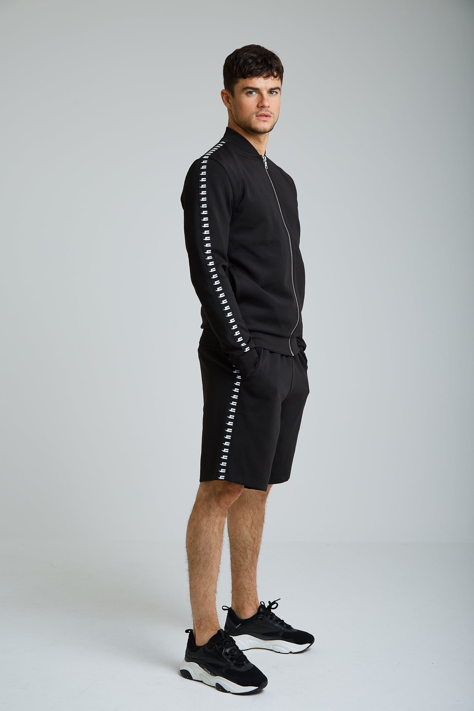 YELIR WORLD SIDE STRIPE SHORTS BLACK/WHITE