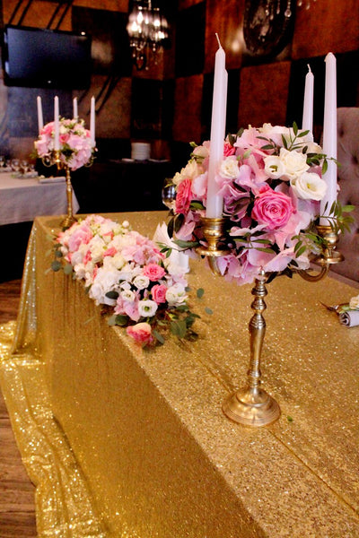 Gold sparkles sweetheart table