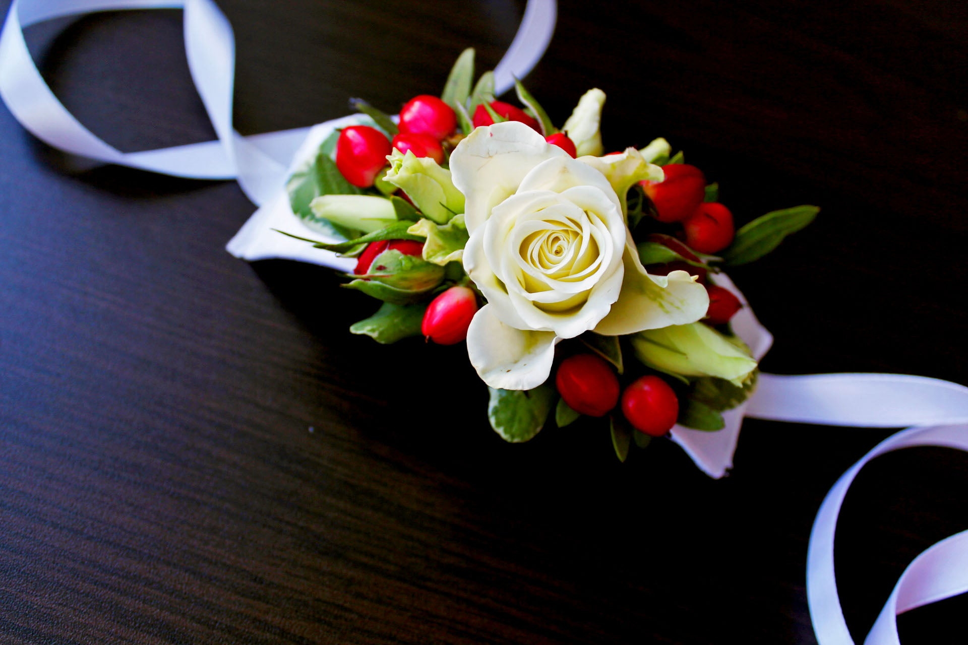 When elegance is of the utmost importance, choose classic cream-colored roses and red berries.    Cream-colored roses and red hypericum.