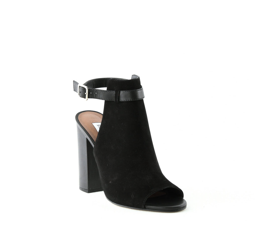 Yieldings Discount Shoes Store's Carnabi Sandals by Steve Madden in Black