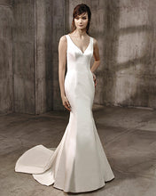 Load image into Gallery viewer, badgley-mischka-abigail-sample