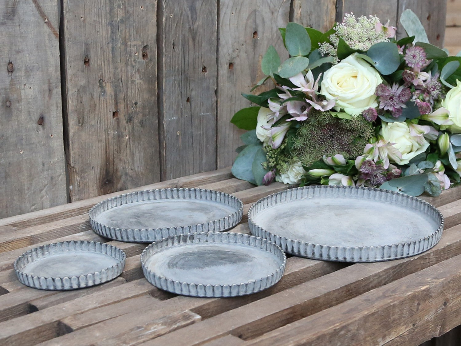 Set of 4 round metal trays