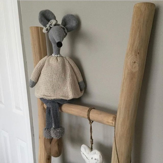 Knitted Sitting Mouse