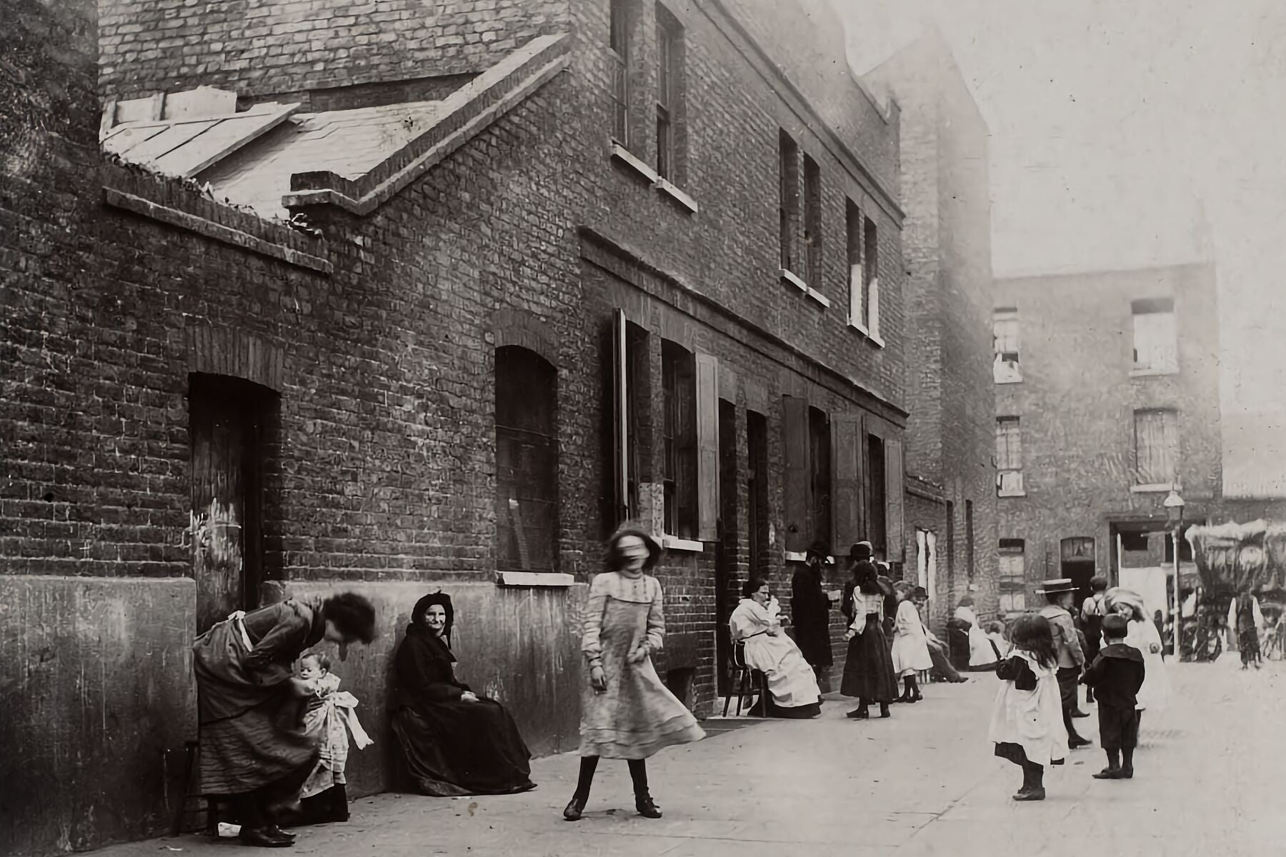 Bank Holiday in Whitechapel , London - by Jack London - 1902