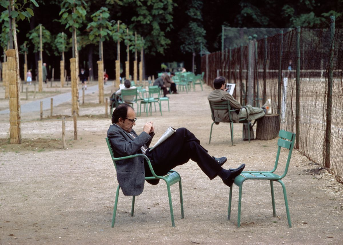 Reading in Paris by George Kindbom - 1980