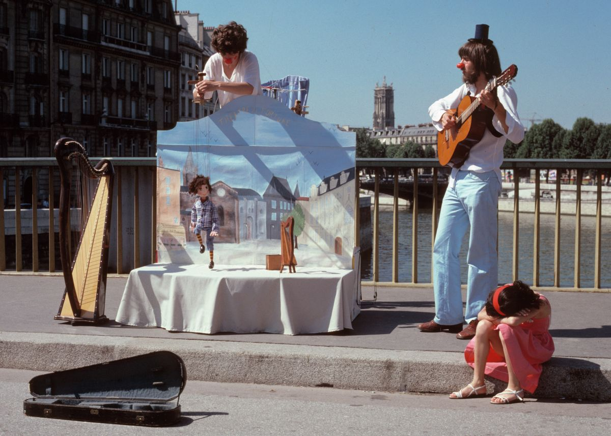 Entertainers on the Bridge, Paris by George Kindbom - 1980
