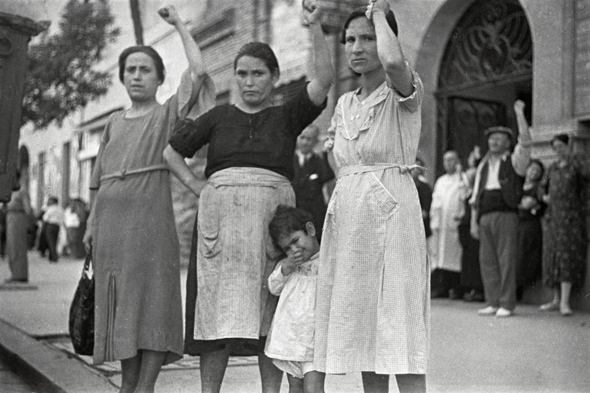 Women in Valencia by Gerda Taro - 16 June 1937