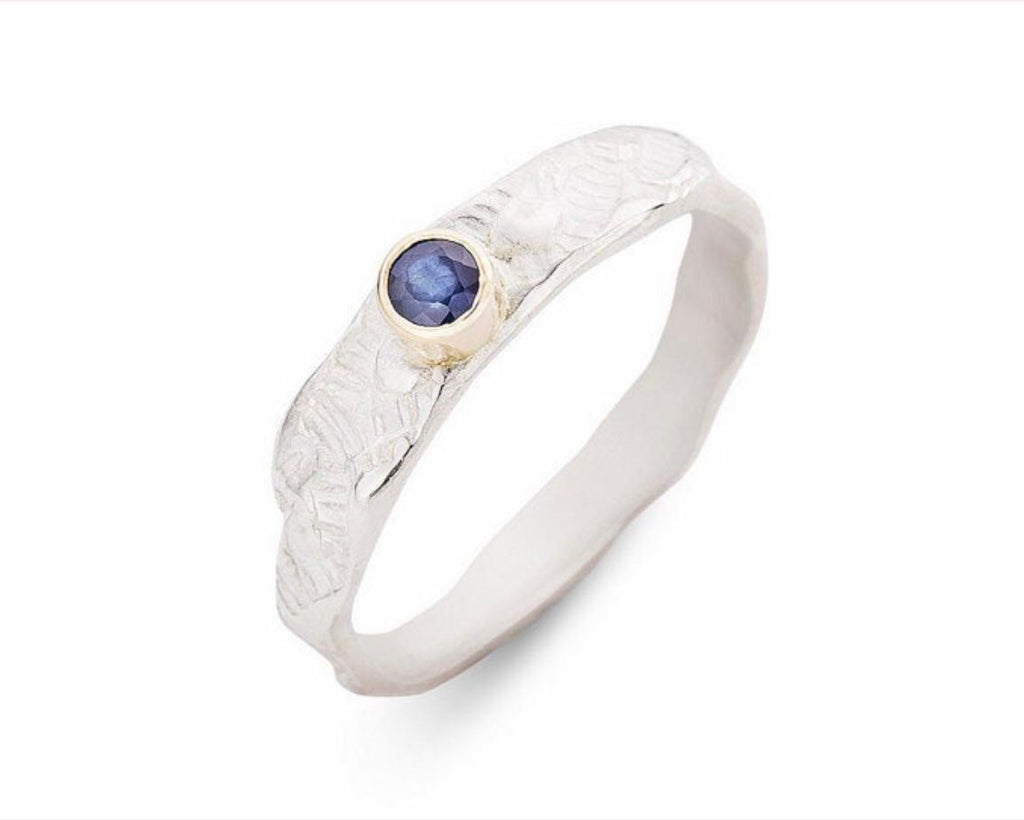 Lies Wambacq - silver ring with pattern and blue sapphire in 18kt yellow gold