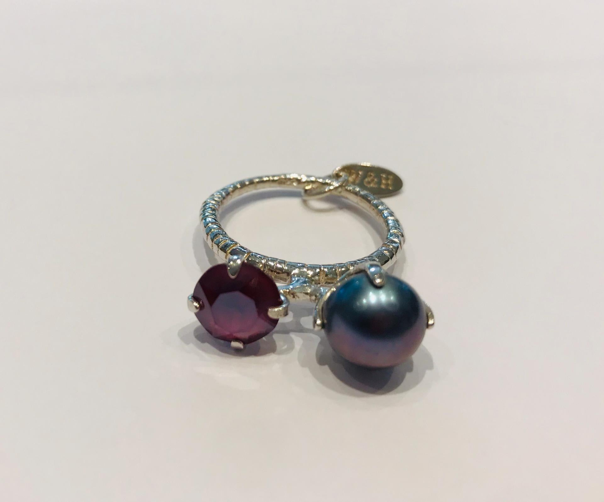 Wouters & Hendrix - silver ring with grey freshwater pearl and purple crystal