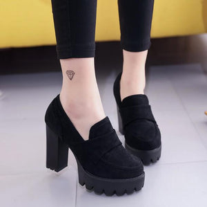 Suede high heels with round head and thick rubber platforms.