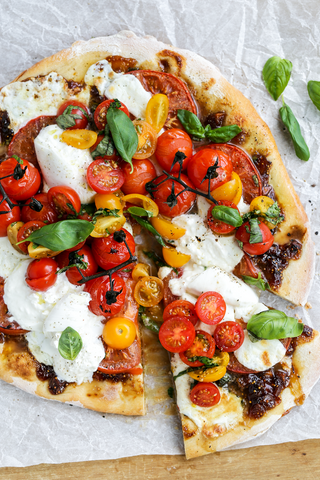 Balsamic Fig Tomato Basil Caprese Pizza | Wozz Kitchen Creations