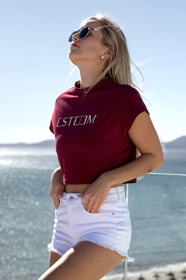 BURGUNDY LETTERING CROPPED TEE