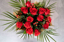 Load image into Gallery viewer, Amour 12 red rose bouquet