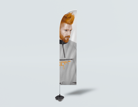 Salon Beach Flag - Mann mit Side High Fade Quiff und Fringe Haircut mit orange Haarfarbe