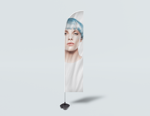 Salon Beach Flag - Frau mit Front Blue Hair im Grafikkleid