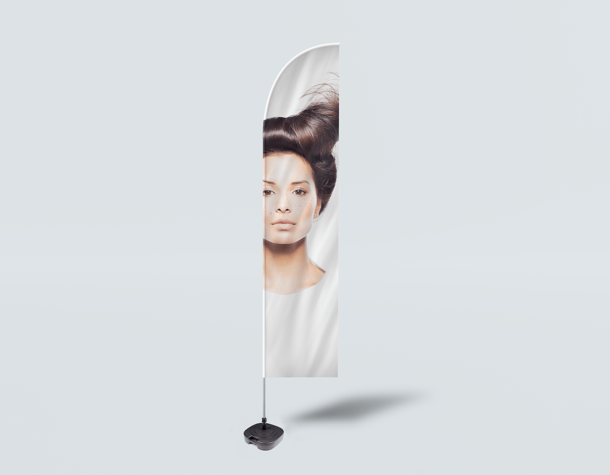 Salon Beach Flag - Frau in Front Quiff Frisur mit Baum Grafik Design Kleid