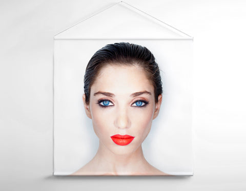 Salon Banner - Mujer con maquillaje natural y ojos azules