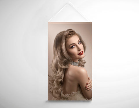 Textielsalon Banner - Vrouw in Big Curls Hollywood Glam Look