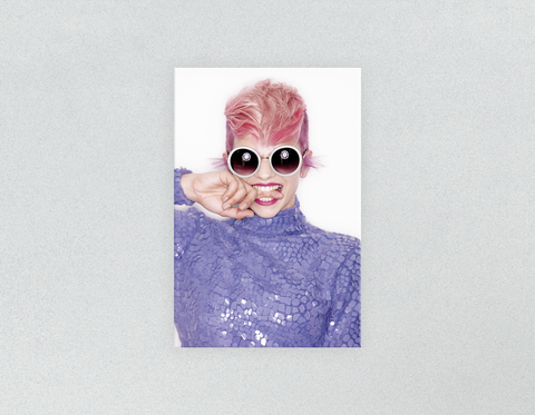 Kunststoff Salon Poster & Salon Poster: Frau Front in Pink Hair Coloured Pixie Cut
