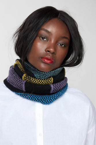 Alternating weave fitted cowl