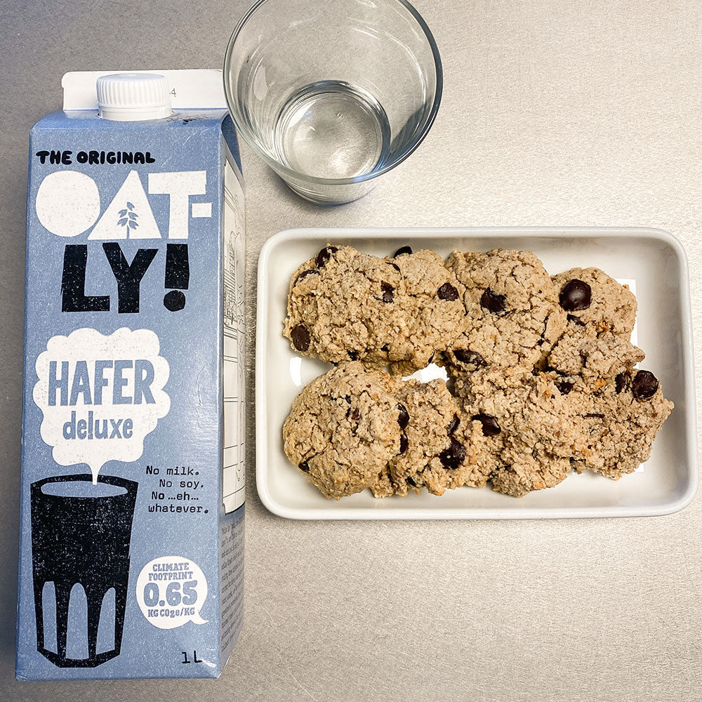 Marilis Chocolate Chip Cookies mit Oatly Milch fotografiert