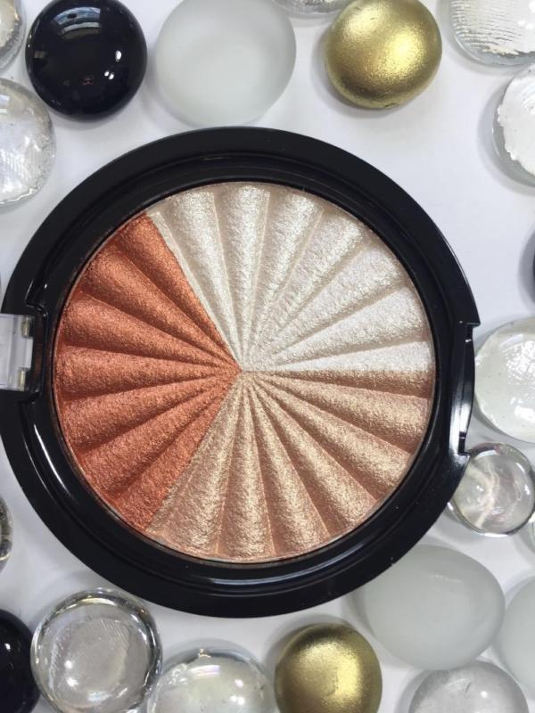 NIKKIETUTORIALS Everglow Highlighter