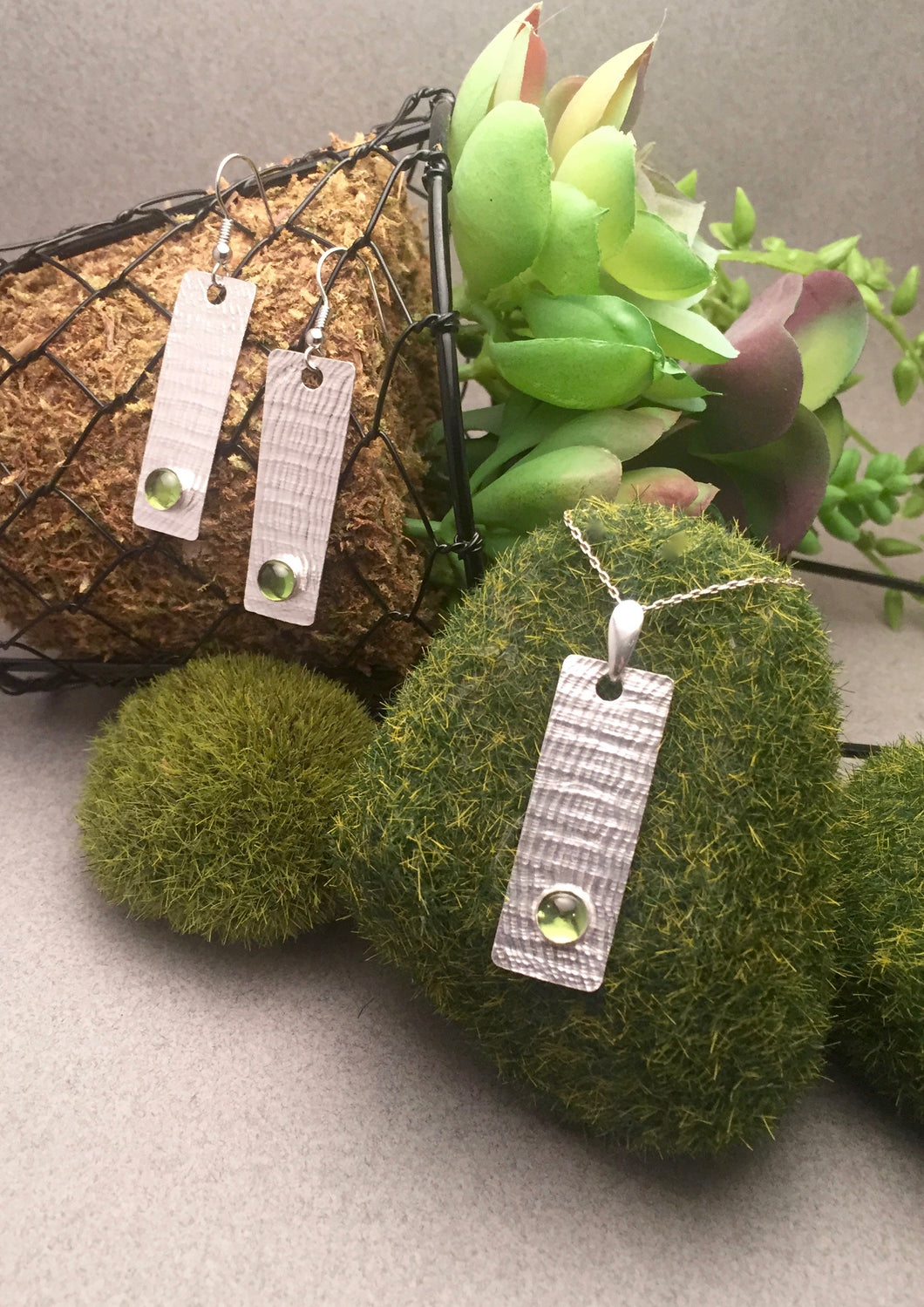 6mm Peridot on Textured Backplate Pendant