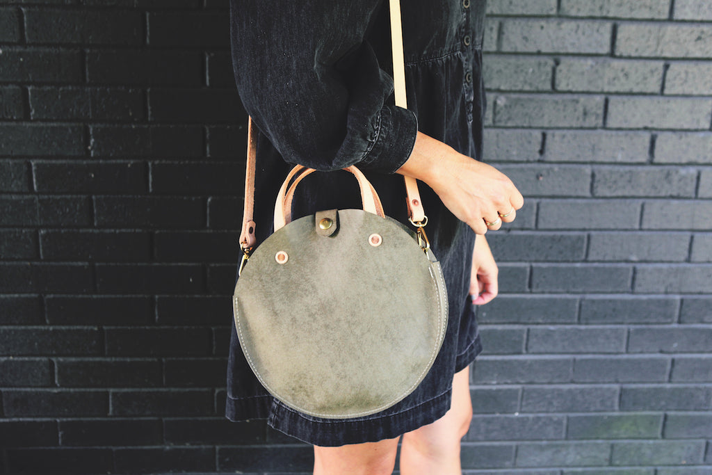 the roundabout crossbody, gray