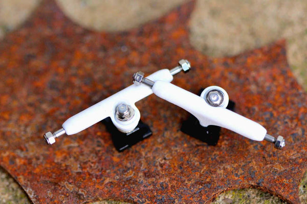 Skull Pro Trucks White/Black (34mm) - Single Axle // 6 Lock Nuts