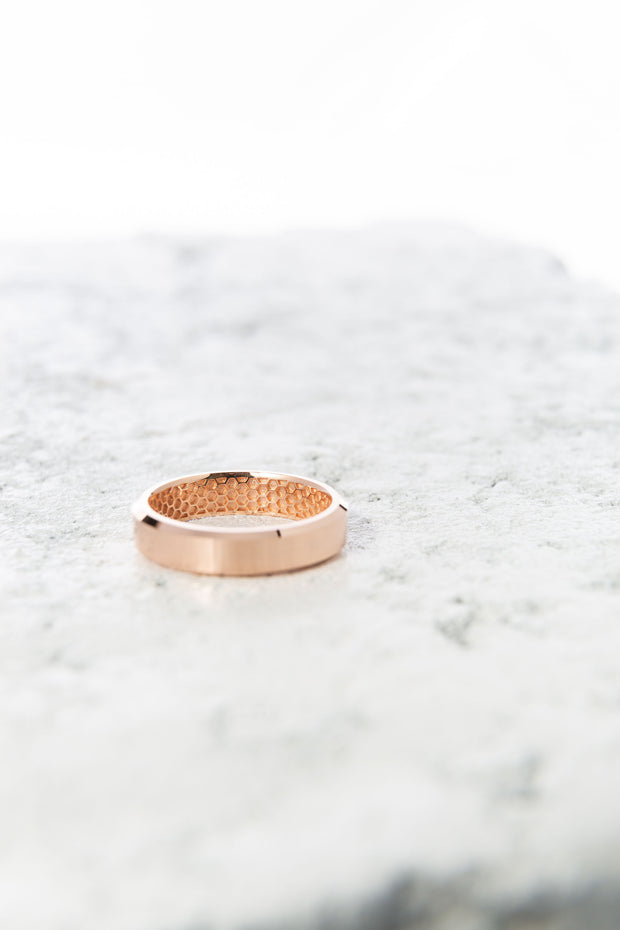 Men's Gold Wedding Band - Beveled Edge & Inner Honeycomb Pattern