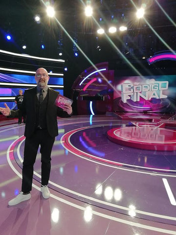 TV host GOYO JIMÉNEZ with LIP Label Sneakers in the TV show CÓDIGO FINAL