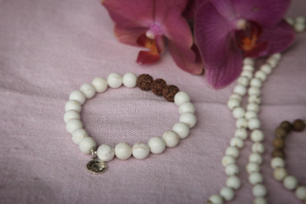 Bracelet in Howlite and Rudraksha seeds, silver charm Lotusmandala