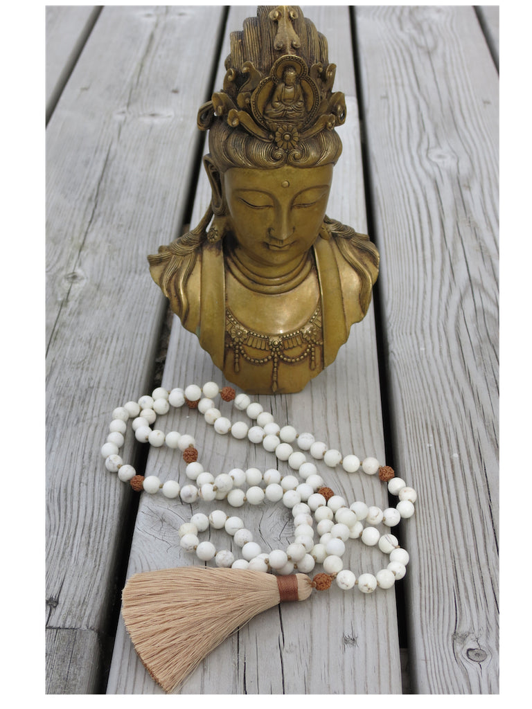 Necklace in Howlite and Rudraksha with beige tassel