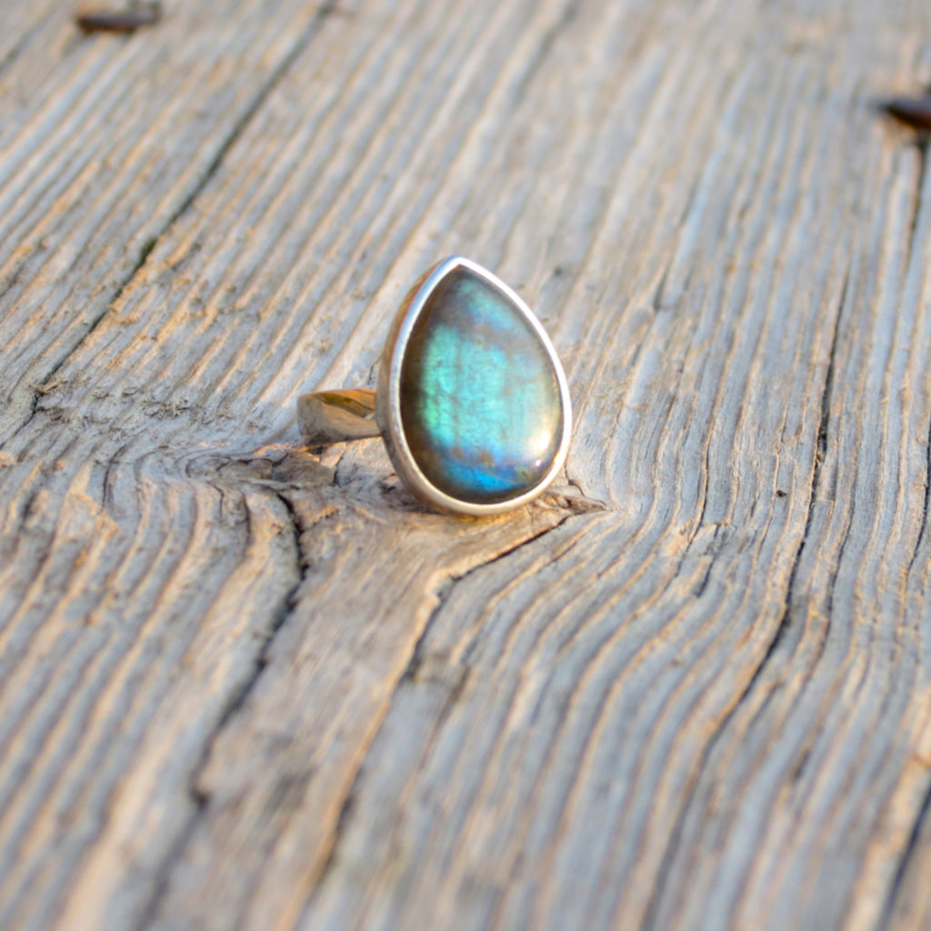 Beautiful ring in silver and stunning high quality blue Labradorite