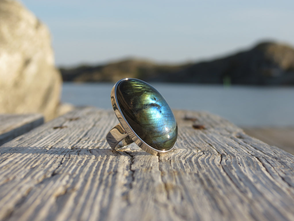 Oval silver ring with Labradrorite from Amandas Malas
