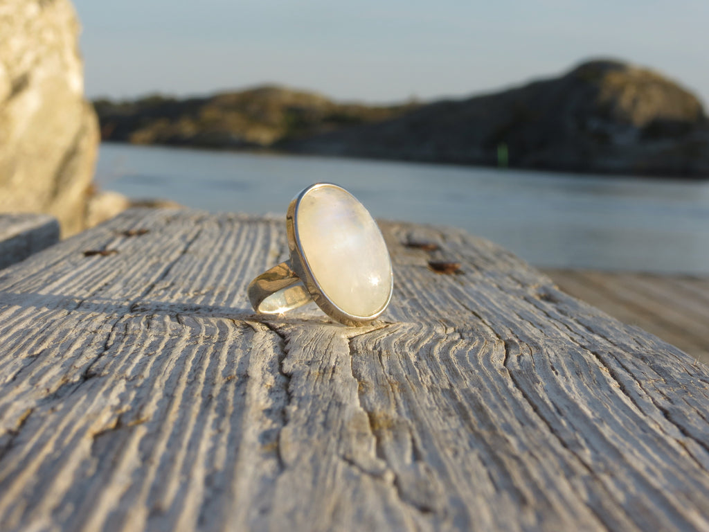 Amazing oval ring in silver and rainbow Moonstone