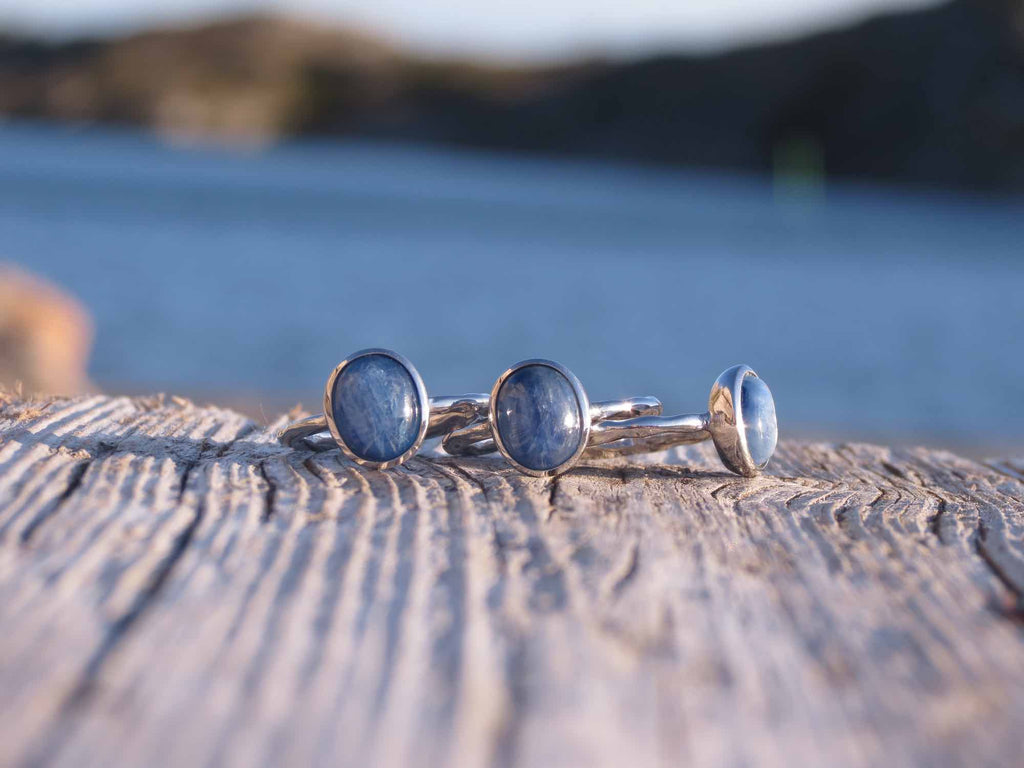 Amazing oval ring in silver and Kyanite