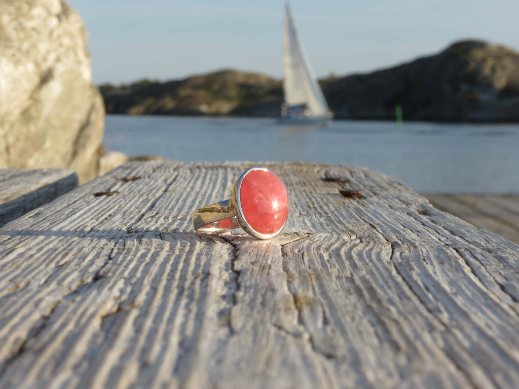 Amazing slightly oval ring in silver and Rhodonite