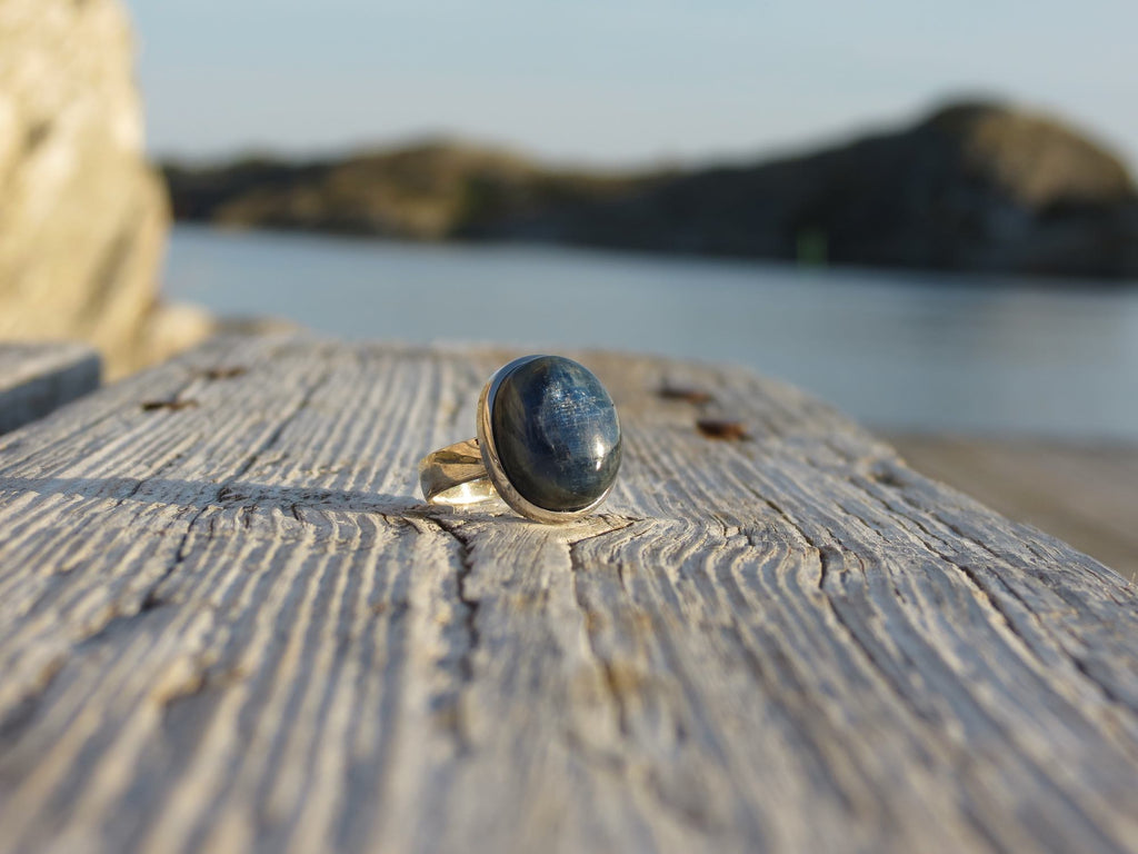 Oval ring in silver and dark blue Kyanite