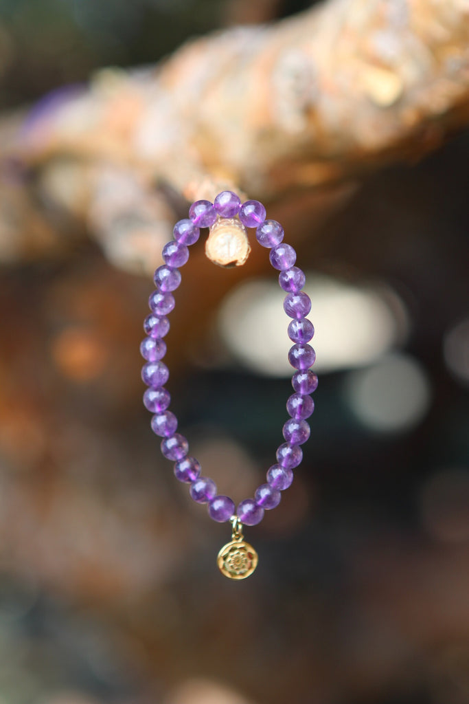 Bracelet Mala in premium Amethyst with gold plated silver charm Lotusflower