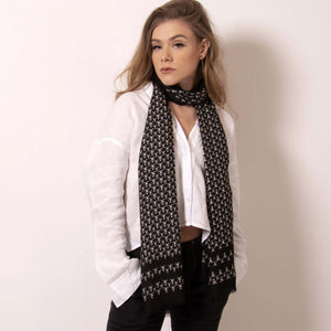 ärtskül's playful and polished Baby Pop, Nana Rectangle scarf is high style with minimal effort. Luxuriously soft, this eye-catching scarf with our baby icon features a contemporary reinterpretation of the distinctive houndstooth motif in black and white. The scarf drapes elegantly and can complement any look from casual to black tie. Lightweight and warming, this classic black and white scarf amps up the glamour for those that don't want to blend in.