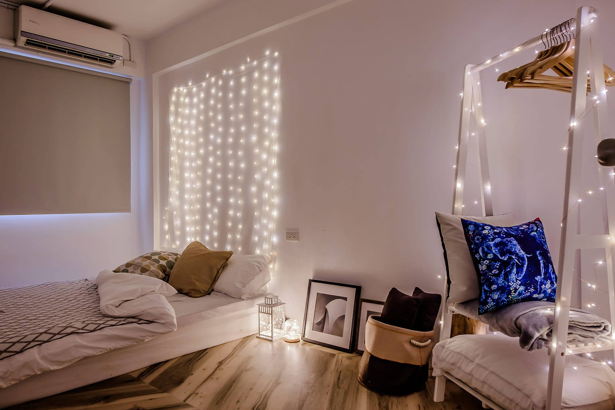 ROOMDECOR: fairy light wall kit to set a wall of stars and brighten up the space.