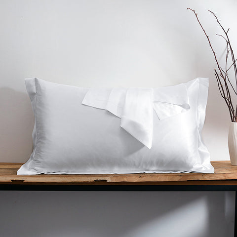 products/Olesilk_Oxford_Silk_Pillowcase_White_4966f7e8-80fe-42a5-abb3-60edee0e4ca7.jpg