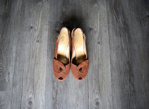 1940s platform shoes . vintage 40s brown suede heels . 7