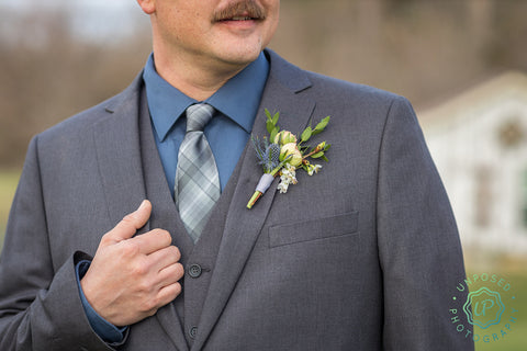 groom's simple boutonniere