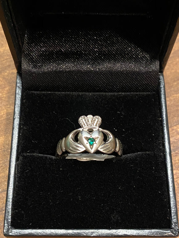 S0225C facet claddagh with small emerald