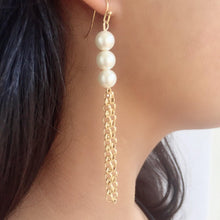 Load image into Gallery viewer, Pearl and gold chain earrings