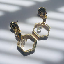 Load image into Gallery viewer, Lily gold earrings
