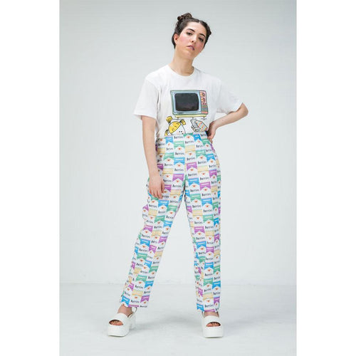 Model wears pants with pastel durries print with white T shirt