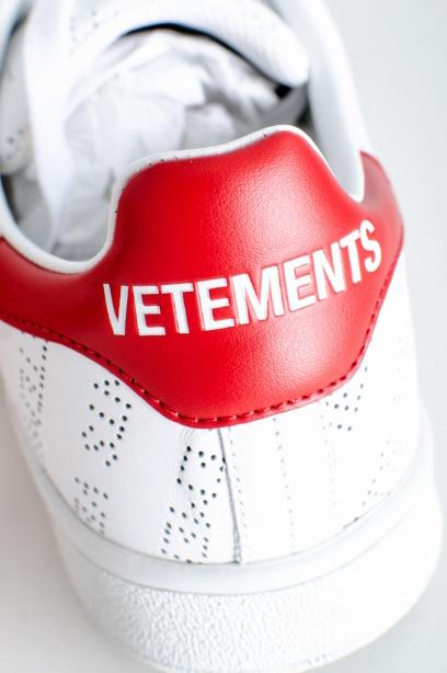 VETEMENTS Perforated Leather Logo Sneakers ロゴ 総柄  39 レザー 39  白 スニーカー [堀江]